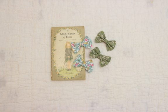 bows on book